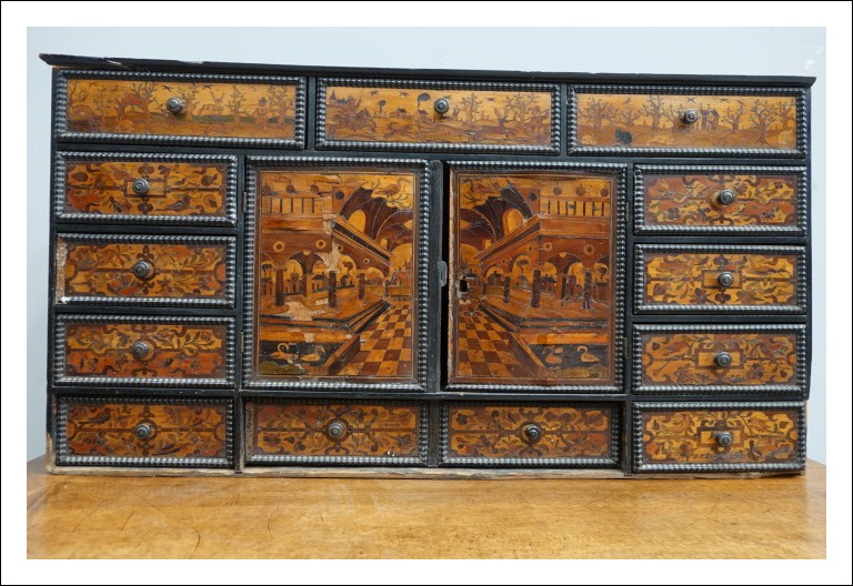 Monetiere cassettiera finemente intarsiata 0860029