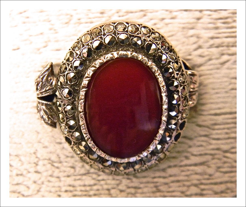 """Anello in argento """"800†con strass e agata rosso scuro."""