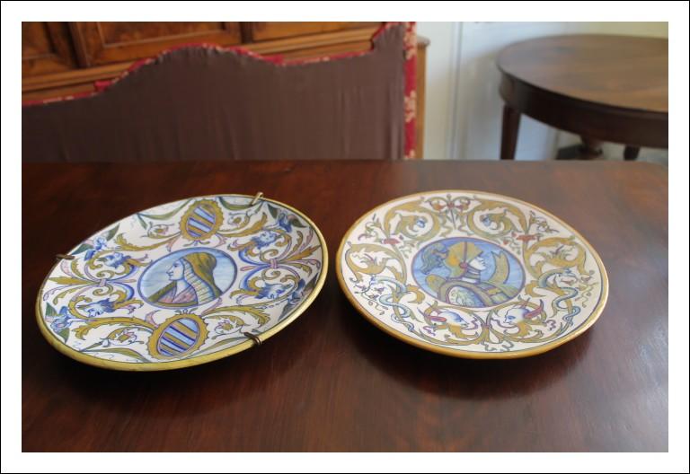 Coppia piatti Paolo Rubboli fine 800. Lustro Gualdo Tadino con volti maiolica antica ceramica antiq