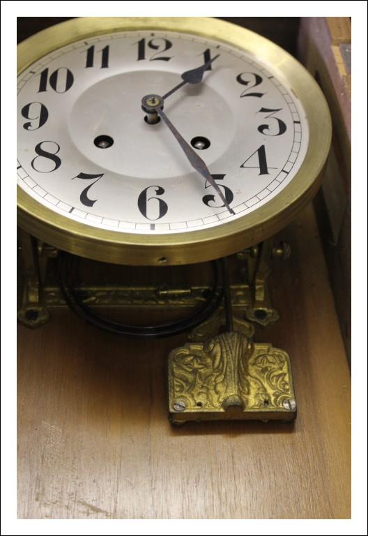Antica Pendola antica fine 800 , orologio da muro scocca noce. Da revisionare . Antiquariato