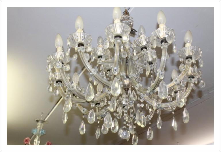 Antico Lampadario Maria Teresa fine 800 in cristallo con 12 bracci in vetro e 18 luci . Antiquariat