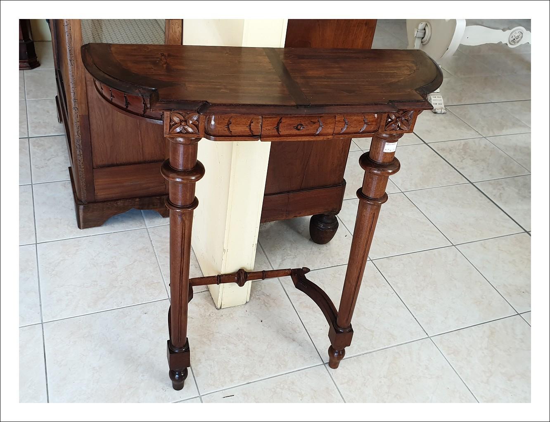 Consolle, tavolino di piccole dimensioni in noce,con cassetto, emiliana. 74 l x 29 p x 78 h.