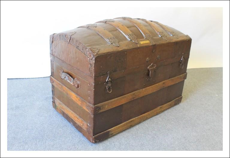 Baule scrigno antico forziere da carrozza primi 800  da carrozza restaurato bombato  . Antiquariato