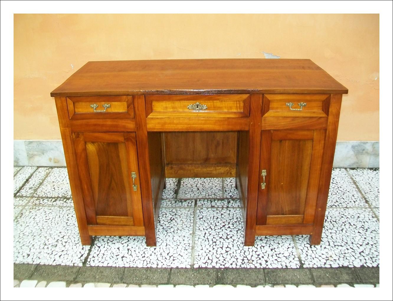Piccola scrivania emiliana, in ciliegio massello. 123 l x 61 p x 79,5 h.