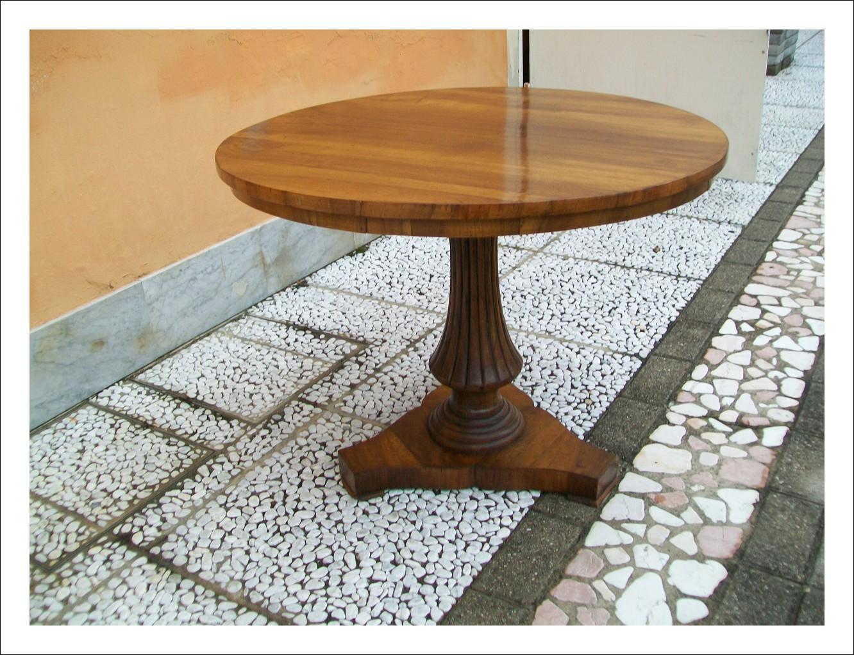 Tavolino rotondo da salotto e emiliano. 80 l x 80 p x 60,5 h.