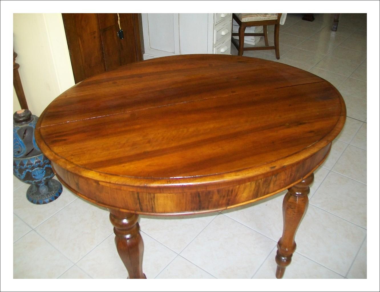 Bellissimo tavolo emiliano con allunghi. 109 l x 83 p (chiuso); 163 p (aperto) x 79 h.