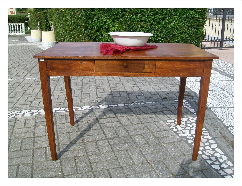 Tavolino, scrittoio emiliano in olmo massello. 122 l x 68 p x 82 h.
