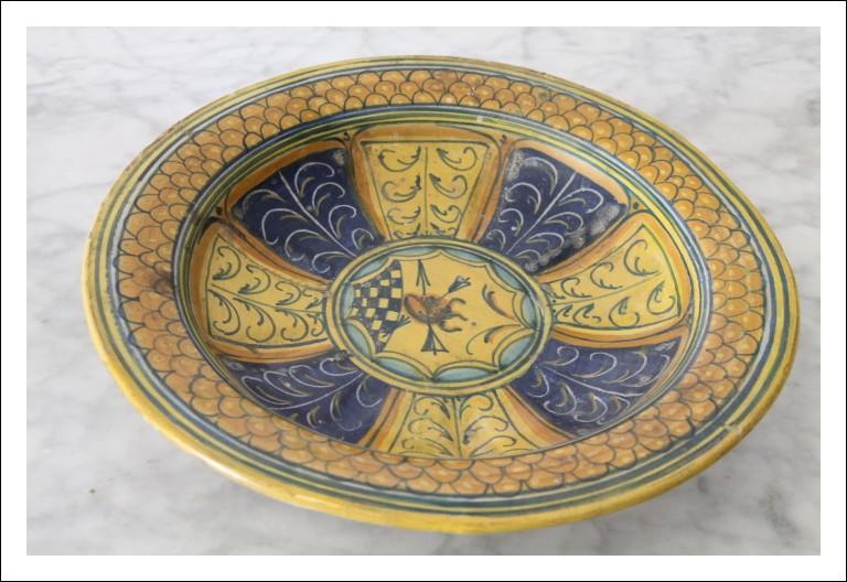 Antico piatto epoca 600 XVII SEC maiolica Urbino o  Italia Centrale . Con stemma nobile. Antiquariat