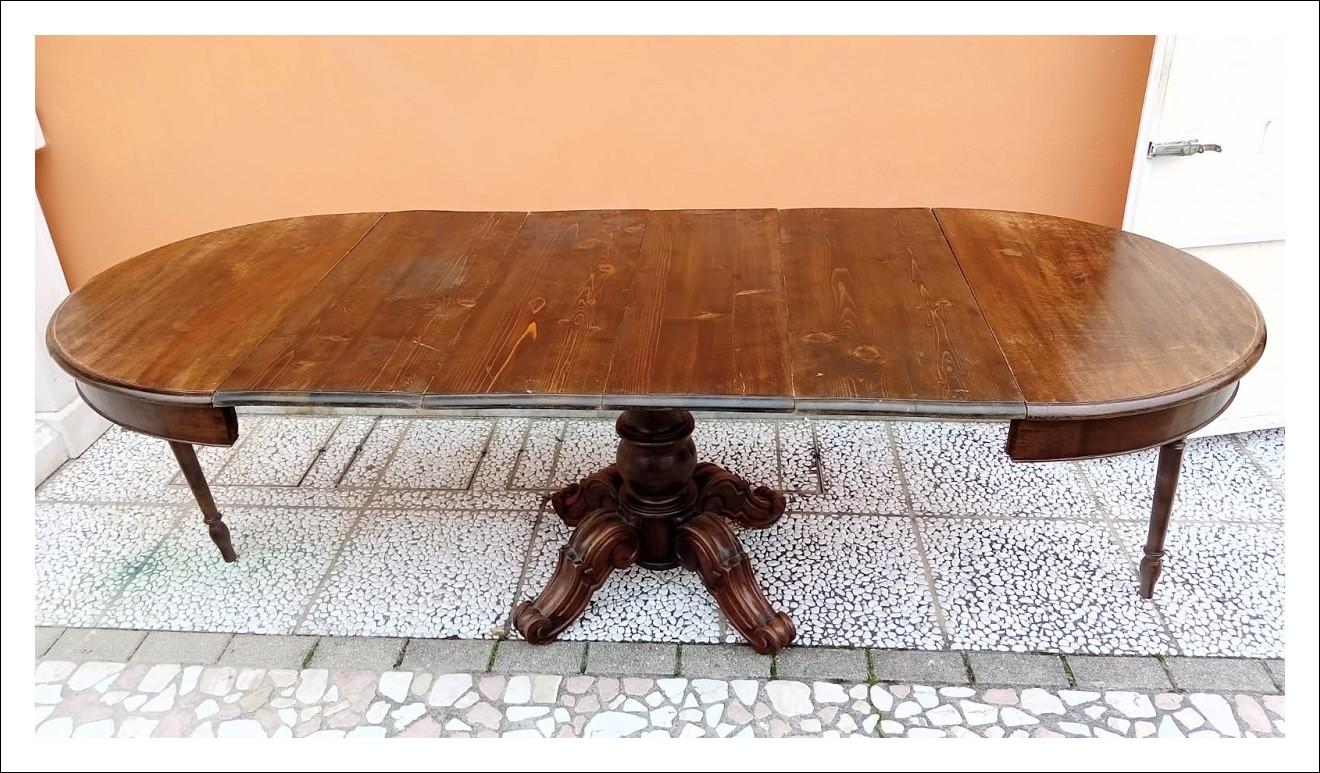 Tavolo tondo, allungabile. 100 h x 109 p x 250 l (aperto tutto).