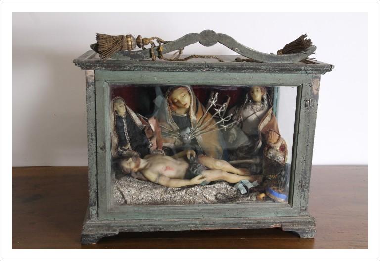 Antica scarabattola teca con personaggi in Cera Vergine Addolorata e Cristo . Napoli epoca 700 Luigi