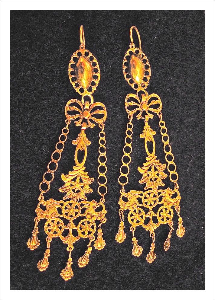 Coppia di orecchini in oro siciliani ( TESTA DI CERERE CON IL 6)