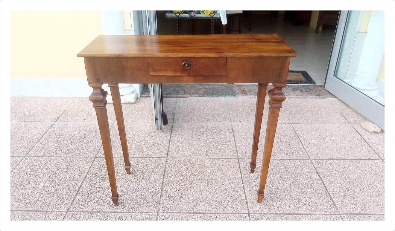 Consolle o tavolino di piccole dimensioni. 94 l x 34 p x 91 h.